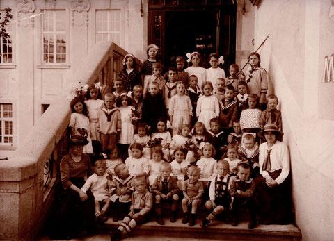 Schulklasse am Eingang des Saalbau 1910