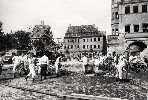Aufräumarbeiten am Markt, rechts Rathaus