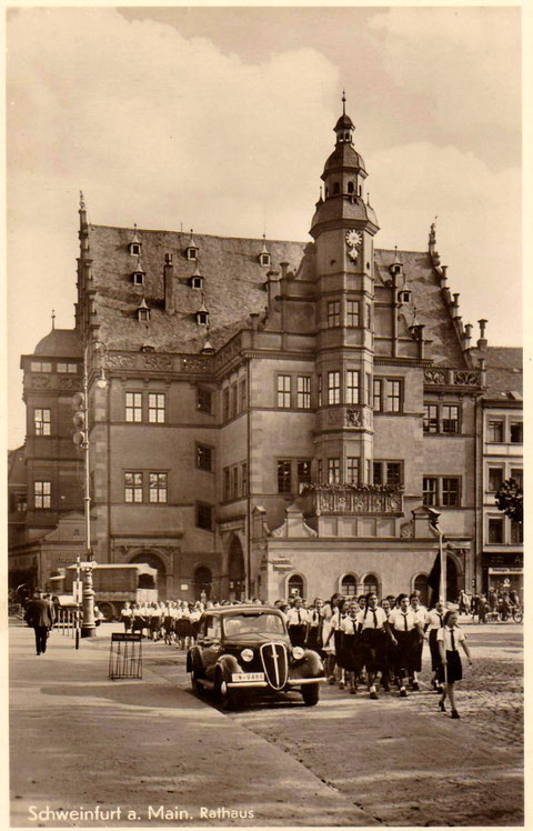 Bund Deutscher Mädels marschiert am Marktplatz auf - in den 1930ern, nach 1933