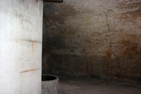 Der große Keller, der einst auch als Luftschutzkeller diente, ist hälftig durch eine Backsteinmauer unterteilt.
