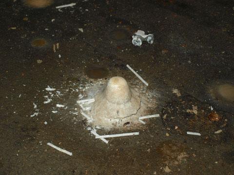 Am Boden bilden sich bereits Stalagmiten, daneben liegend herab gefallen Stalaktiten