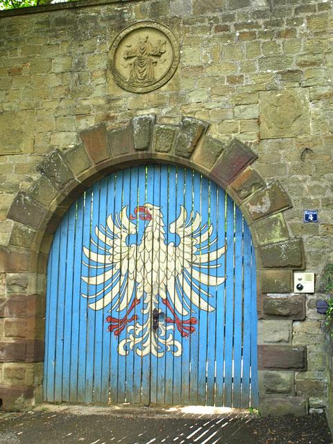 Auf dem Eingangstor zur Peterstirn