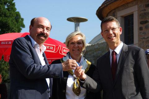 Schlüsselübergabe mit Peter Hofmann, Birgit Kerwer und OB Sebastian Remelé