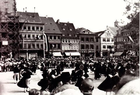 Trachtenveranstaltung auf dem Marktplatz ca. 1936