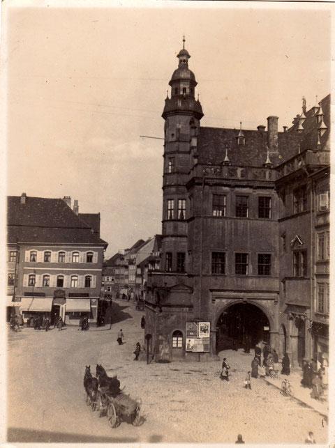 Fuhrwerk vor dem Rathaus - in den 1920ern - Privatfoto