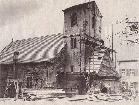 Die Kirche nach dem Bombardement im Zweiten Weltkrieg mit bereits aufgebrachtem Notdach