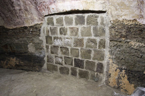 Der zugemauerte Durchgang zum Keller des Anwesens Krumme Gasse 25