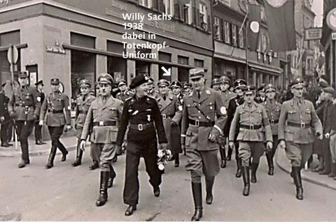 Aufmarsch und Feierlichkeiten bei der Einweihung der Kasernen und der Panzer-Garnison 1938 auf dem Marktplatz, hier am Ausgang der damaligen Adolf-Hitler-Straße auf den  Albrecht-Dürer-Platz