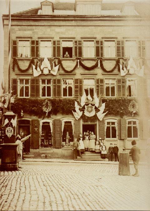 Festschmuck am Cafe Schreier anlässlich einer Landesausstellung 1882 (damals Bäckerei Blickle)