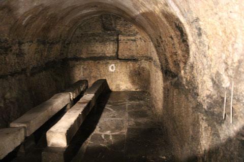 Im unteren Kellergewölbe, das überwiegend in Fels gehauen ist; es könnte bis auf das 12. Jahrhundert zurückgehen und einst Teil der im Zürch ehemals befindlichen Burganlage gewesen sein, was jedoch noch spekuliv zu betrachten ist.