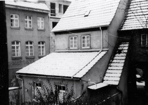 """Das """"Armenhaus"""" an den Brennöfen... (links neben dem Alten Friedhof von der Hl. Geist-Kirche aus gesehen)"""