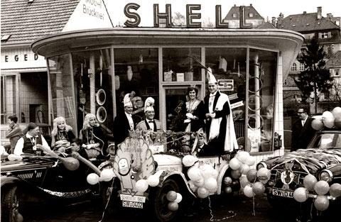 Shell-Tankstelle am oberen Marienbach in den 1960 mit Faschingsprinzenpaar Roger I. und Anneliese I.