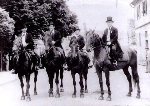 Mit Zylinder und Frack auf Röthleins(?) Pferden...