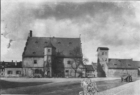 """Das Zeughaus mit dem alten Gießhaus vor 1907. Im September 1907 wurd das alte """"Gießhaus"""" neben dem Zeughaus abgebrochen, um dem neuen Feuerwehrhaus Platz zu machen. das sogenannte Gießhaus war bis zum Stadtverderben im Jahre 1554 die Kilianskapelle."""