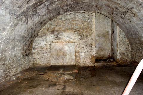 Der Gewölbekeller im ersten Untergeschoss (rechts das Treppengeländer von der herabführemnden Treppe)