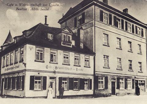 Das Foto ist nach 1912 aufgenommen, da die Hl.-Geist-Kirche bereits den hohen Kirchturm besitzt (ab 1911) und Albin Seidel die Gaststätte erst 1913 übernahm