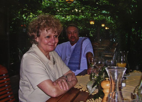 Bruni und Kurt Vogel bewirtschafteten 16 Jahre lang bis 2013 die Weinstube - danke dafür! - Hier in der Gartenlaube des Lokals.