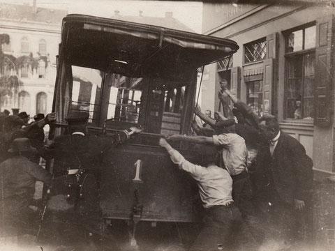1904 - Pferdebahn war umgefallen und wird wieder aufgerichtet