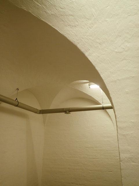 Ein Teil des Kellers weist in den Seitenbereichen Kreuzgewölbe auf (zur Degnerstraße) - waren diese schon vor der Erbauung des Bunkers vorhanden????