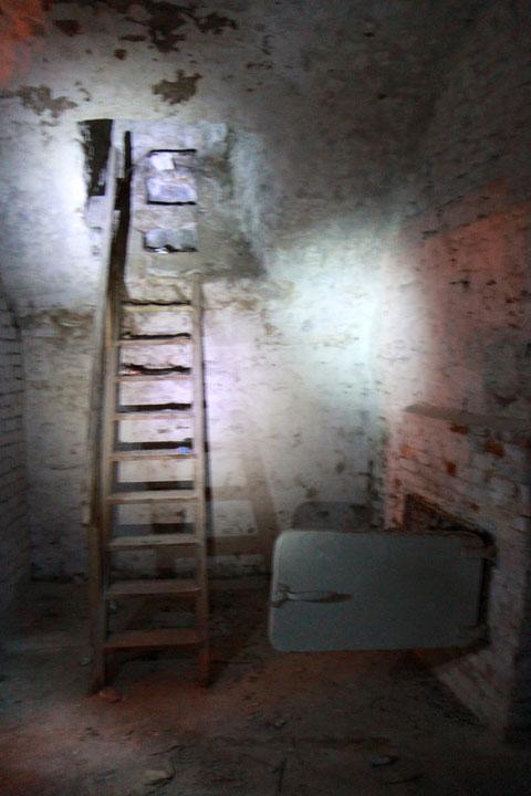 Der Keller ist von den Eigentümern noch nicht überprüft worden - die Schächte werden erst noch überprüft werden - rechts konnte man wohl in den Keller des nächsten Hausese kriechen...