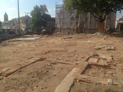 Das Ausgrabungsgelände am 16.09.2014 - die roten Steine stammen aus dem Gebäude des ehemaligen Feuerwehrhauses, die hellen Mauerverläufe von der ehemaligen Kilianskirche