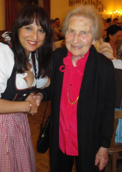 Frau Calvary im Jahre 2011 mit Nurcan Hofmann auf einem Bayerischen Abend