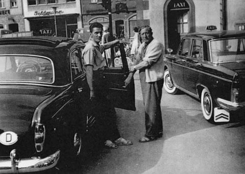 Taxistand am Marktplatz vor dem Rathaus - ca. 1962 - Links Arnold Harbig, rechts Herr Meusel - Danke an Frau Dr. Marion Ramming