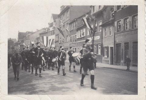 Jugendaufmarsch in der Bauerngasse, rechts Pferdemetzgerei Klein - Danke an Klaus Hofmann