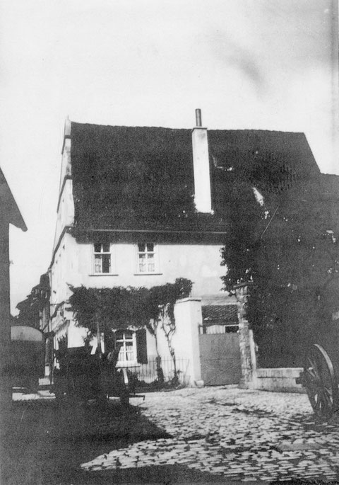 Burggasse 17 im Jahr 1928, Anwesen Bandel, Fuhrwerksunternehmer, fotografiert aus der Frauengasse Höhe Eingang St. Salvator-Kirche