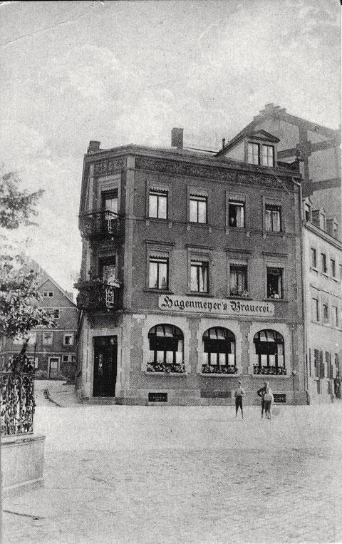 Die Brauereigaststätte am Albrecht-Dürer-Platz/Schultesstr. links der Vierröhren-Brunnen (der 1948 versetzt wurde vor die damalige Drogerie Erhard)