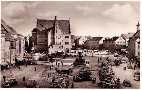 Der Marktplatz Anfang der 1950er - Die Ruinen neben dem Rathaus sind beseitigt, der neue Rathausanbau fehlt noch - bitte durch Anklicken vergrößern!