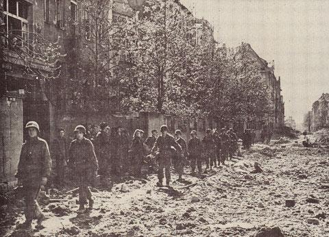 Einmarsch der amerikanischen Truppen am 11. April in Schweinfurt in der Ludwigstraße entlang der Ludwigschule