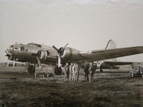 B 17 auf dem Schweinfurter Militärflugplatz 1945
