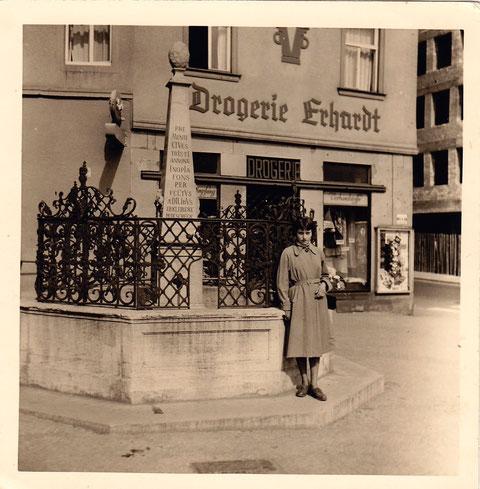 Schweinfurter Schönheit im Jahr 1956 vor dem Vierröhrenbrunnen, ebenfalls zu beachten die damalige Drogerie Erhardt