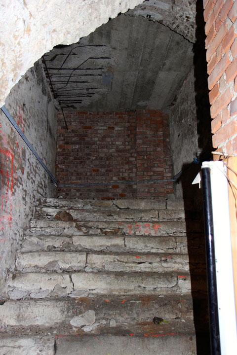 vom ersten Kellerabschnitt geht eine breite Treppe, die früher der Haupteingang zum Keller war. Der Eingang zum Hinterhof wurde jedoch zugemauert.