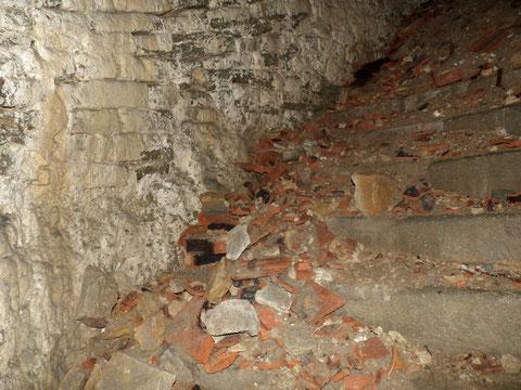 Die Stufen sind weitgehend mit Bauschutt bedeckt