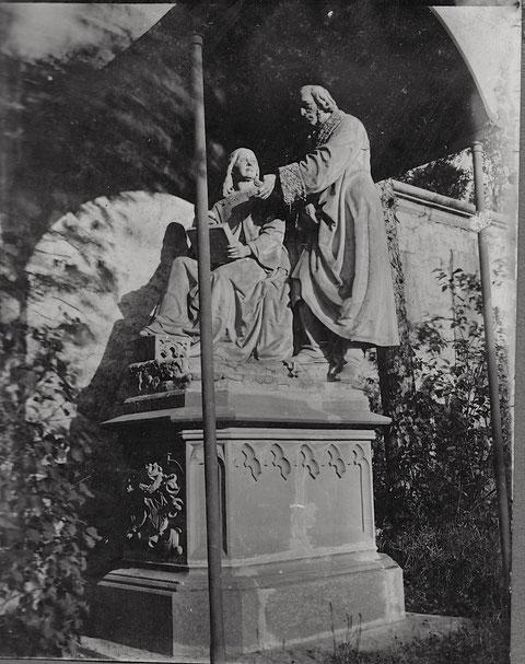 Foto aus der Zeit vor dem Zweiten Weltkrieg - Grab der Familie Sattler im Schloß Mainberg