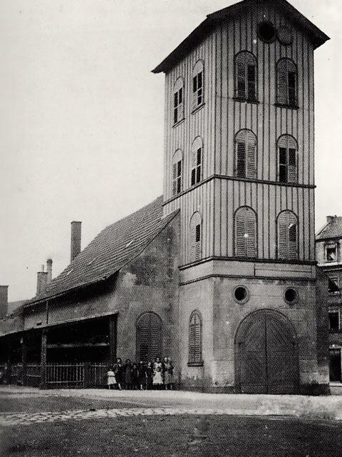 Das Feuerwehrhaus  (Gußfabrik) vor 1907, als im September das Gießhaus abgebrochen wurde, um dem Feuerwehrhaus Platz zu machen.