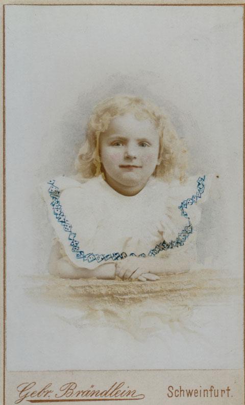 Rosa Brändlein - gleiches Kleid wie Abb. zuvor, jedoch handcoloriert