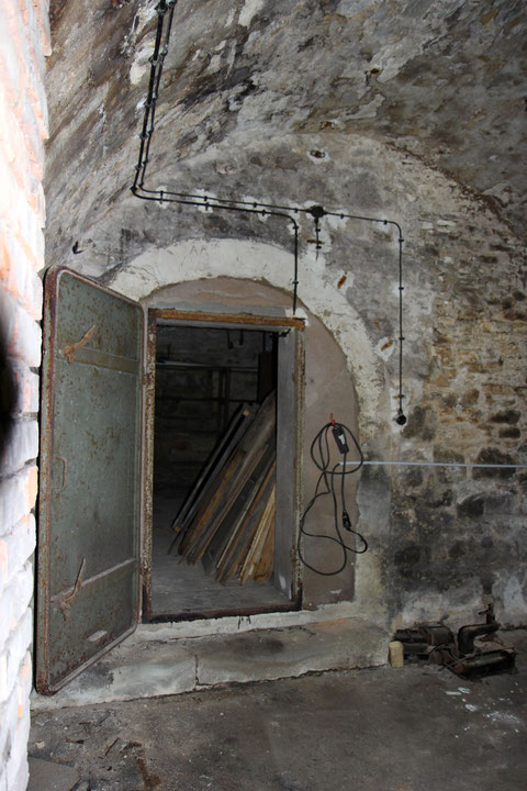 Durchgang zu Keller, der als Luftschutzkeller im Zweiten Weltkrieg diente - deutlich zu sehen der damals eingebrachte Rahmen mit Luftschutztüre