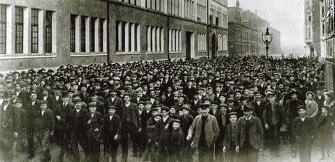Um 1910 - Arbeiter vor F & S in der Schrammstraße