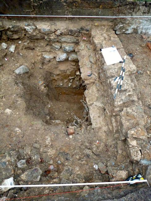 Rechts die Turmmauer mit Beginn des Tonnengewölbebogens - der Keller hatte einen Naturboden