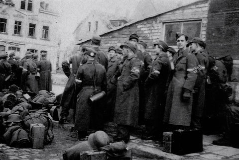 9.April 1944 - Ankunft von Schülern der Oberschule für Jungen Weißenburg auf dem zerstörten Schweinfurter Bahnhof; sie wurden in der Batterie Spitalholz eingesetzt