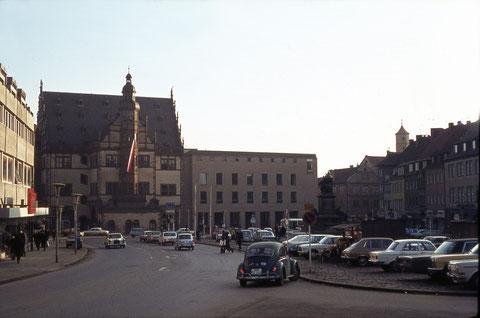 Blick auf das Rathaus in den 1960ern - da wurde der Marktplatz noch zugeparkt