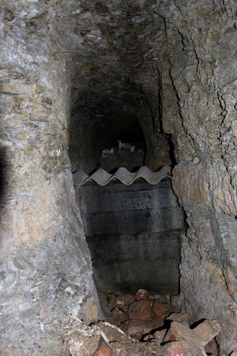 Ein teils vermauerter teils eingestürzter Seitengang. Frau Wörtmann berichtet, dass man während des Krieges noch von diesem Keller unterirdisch bis zum Kornmarkt laufen konnte.