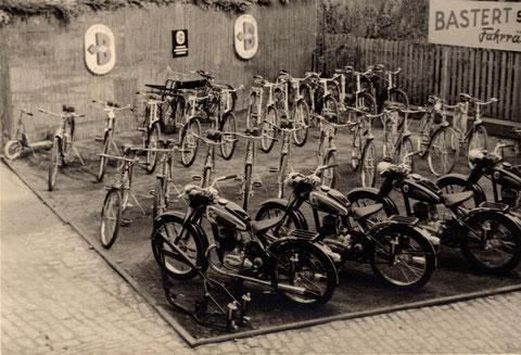 Zweiradausstellung im Innenhof beim Bauschenturm Anfang der 1950er. Die Firma Bastert stellte die Motorradproduktion 1955 ein.