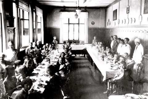 Bauerngasse 10, in der Gaststätte Blaue Glocke, Kinderspeisung um 1918