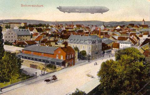 Zeppelin über Schweinfurt - Im Vordergrund der Jägersbrunnen mit Markthalle