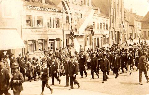 1926 - Buchbinderei Josef Ewald Schweinfurt Manggasse 8, rechts davon Bäckerei Wilhelm Buchwald, Manggsasse 6 und  und Cornelius Knapp, Manggasse 4 - Fahnenweihe