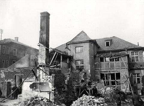 Werk II, Kantinengebäude (Bau 57 u. 58), links hinten Betriebsleitungsgebäude, Rosenau (Bau 56) - 19.07.1944